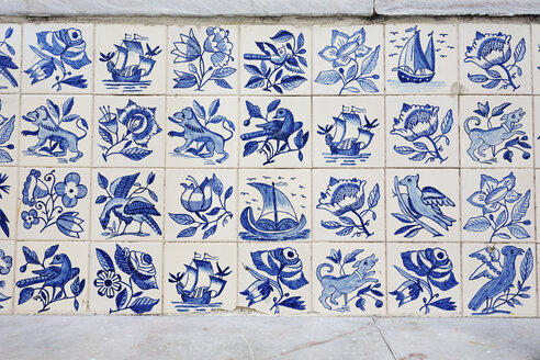 Portugal, Lisbon, Alfama, part of wall with white and blue azulejos - BIF000124