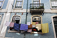 Portugal, Lisbon, Mouraria, part of house front with drying laundry - BIF000139