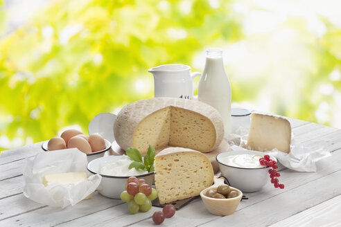 Dairy products on wooden table - CSF020417