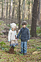 Germany, North Rhine-Westphalia, Moenchengladbach, Scene from fairy tale Hansel and Gretel, brother and sister in the woods - CLPF000019