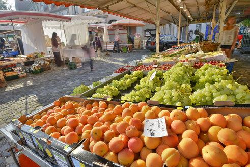 Germany, Bavaria, Lindau, Fruit stalls at market place - SH001135
