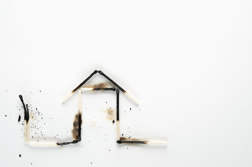 Burnt down matches shaped like a house - VI000142