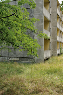 Germany, Brandenburg, Wustermark, Olympic village 1936, facade of decaying concrete tower block - VI000065