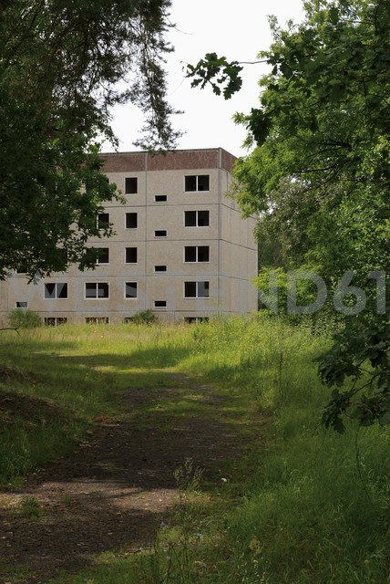 Germany, Brandenburg, Wustermark, Olympic village 1936, facade of decaying concrete tower block - VI000079 - visual2020vision/Westend61