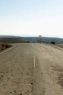 Spain, Fuerteventura, Costa Calma, curve of the road - VI000175