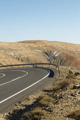 Spain, Fuerteventura, Pajara, curve of the road at mountainscape - VI000177