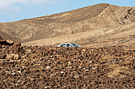 Spain, Fuerteventura, Pajara, car at landscape - VI000181