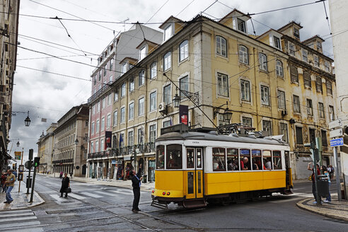 Portugal, Lisboa, Baixa, electrico standing at crossroad - BI000167