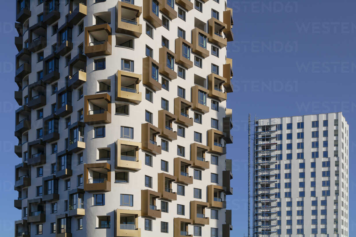 Germany, Bavaria, Munich, two apartment towers, one under construction - TC003725 - Tom Chance/Westend61