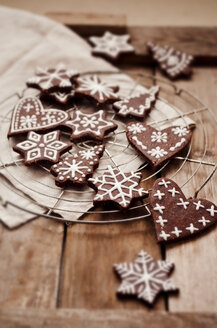 Gingerbread decorated with sugar icing on cooling rack - CZF000129