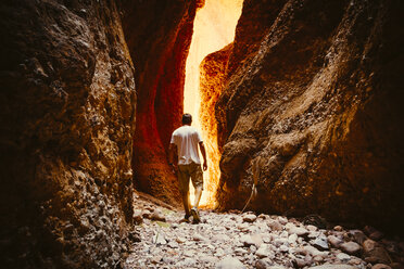 Australia, Western Australia, Kimberley, Purnululu National Park, Bungle Bungle, man walking at Echidna Chasm - MBE000935