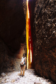 Australia, Western Australia, Kimberley, Purnululu National Park, Bungle Bungle, young woman with backpack at Echidna Chasm - MBE000954