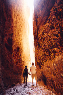 Australia, Western Australia, Kimberley, Purnululu National Park, Bungle Bungle, young couple at Echidna Chasm - MBE000948
