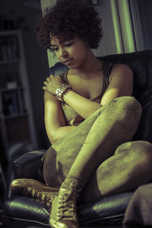 Female Afro-American sitting on couch - NG000065