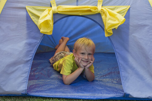 Little boy lying in a blue tent - CRF002531