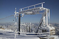 Germany, Bavaria, Sudelfeld, Chairlift and mountains in winter - FFF001387