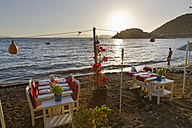 Turkey, Bodrum, Guemuesluek, Laid tables on beach - SIE004858