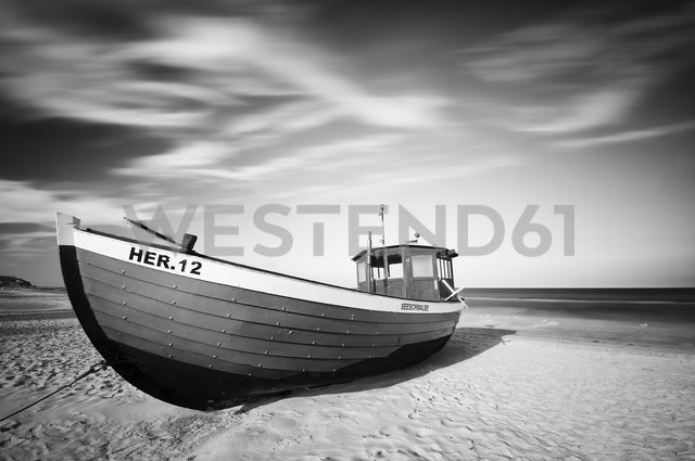 Germany, Mecklenburg-Western Pomerania, Usedom, boat lying on the beach, long exposure - WA000042
