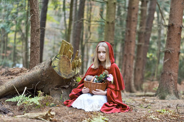 Girl masquerade as Red Riding Hood sitting on the ground in the wood - CLPF000039