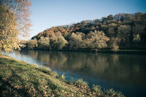 Germany, Bavaria, Landshut, autumn atmosphere at Isar river - SARF000163