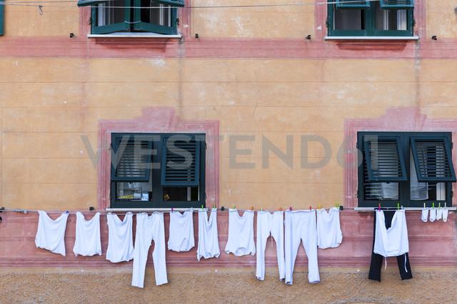 Italy, Liguria, Santa Margherita Ligure, Laundry on clothesline at house - AMF001459