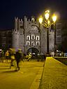 Spain, Burgos, Arco de Santa Maria at night - LA000351