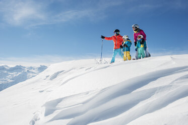 Austria, Salzburg Country, Altenmarkt-Zauchensee, Family skiing in mountains - HHF004650