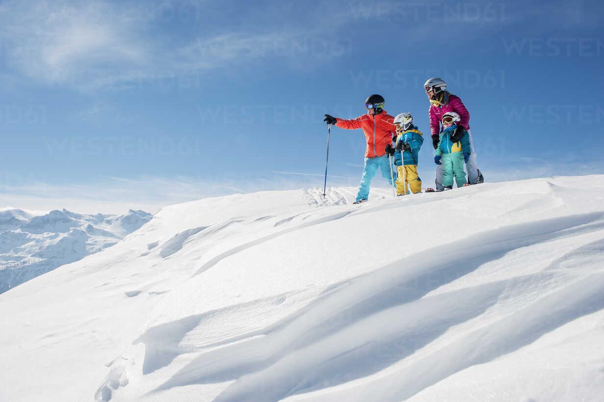Austria, Salzburg Country, Altenmarkt-Zauchensee, Family skiing in mountains - HHF004650 - Hans Huber/Westend61
