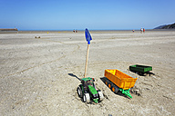 France, Bretagne, Toys on beach of Binic at low tide - BI000207