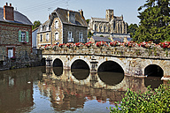 France, Bretagne, Lamballe, Stone bridge, houses and Notre Dame church - BI000214