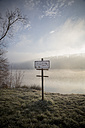 Germany, Baden-Wuerttemberg, Kirchentellinsfurt, warning sign at quarry pond - LVF000408