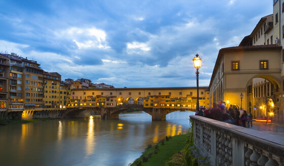 Italy, Tuscany, Florence, view to Arno River and Ponte Vecchio - HSIF000332