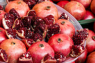Sliced and whole pomegranates (Punica granatum), close-up - NGF000049