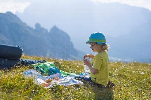 Italy, Province of Belluno, Veneto, Auronzo di Cadore, little boy and his father having a break near Tre Cime di Lavaredo - MJF000487