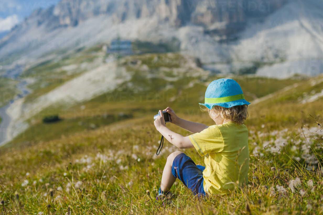 Italy, Province of Belluno, Veneto, Auronzo di Cadore, little boy photographing view near Tre Cime di Lavaredo - MJF000488 - Jana Mänz/Westend61