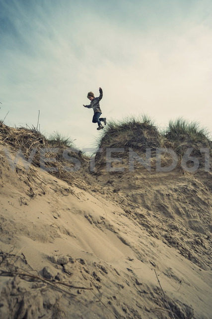 UK, Scotland, Burghead Bay, Boy jumping in dunes - PAF000144 - Andreas Pacek/Westend61