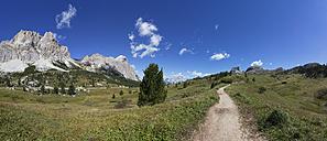 Italy, Veneto, Hiking trail at Falzarego Pass, Lagazuoi and Tofane - WWF003119