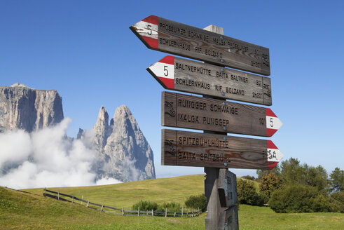 Italy, South Tyrol, Signpost at Seiseralm and Schlern group - WWF003130