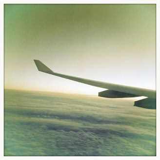 Airplane wing, transatlantic flight - SEF000163