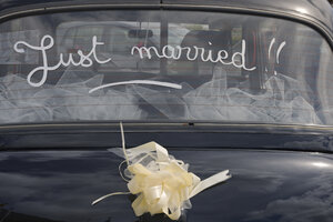 France, Bretagne, Finistere, London Taxi International, car window with inscription just married - LAF000462