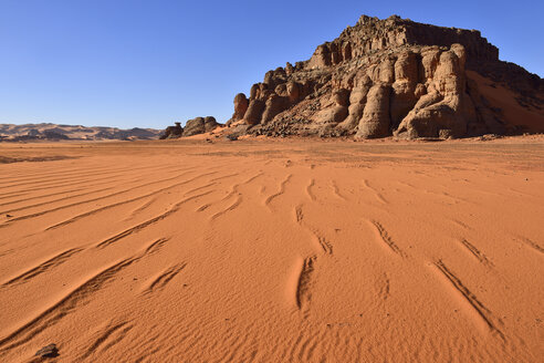 Algeria, Sahara, Tassili N'Ajjer National Park, Sand dunes and rocks at Tin Merzouga - ES000904