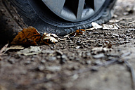 Flat tire, close-up - HOH000295