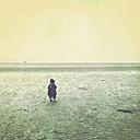 Little girl, at Wadden Sea, Foehr Island, Schleswig-Holstein, Germany - GS000602