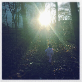 Little girl running through the forest, Munich, Bavaria, Germany - GSF000599