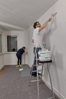 Young couple renovating new apartment - LAF000429