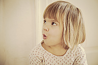 Portrait of surprised little girl - LVF000441