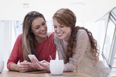 Two women at home with smartphone - RBF001510
