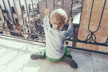 Italy, Sicily, Palermo, Blond boy on balcony - MFF000748