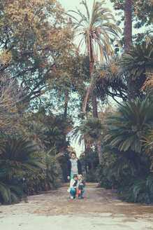 Italy, Sicily, Palermo, Couple with child  in botanical garden - MF000754