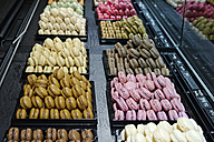 France, Paris, Montmartre, chocolaterie offering macaraons - LB000486